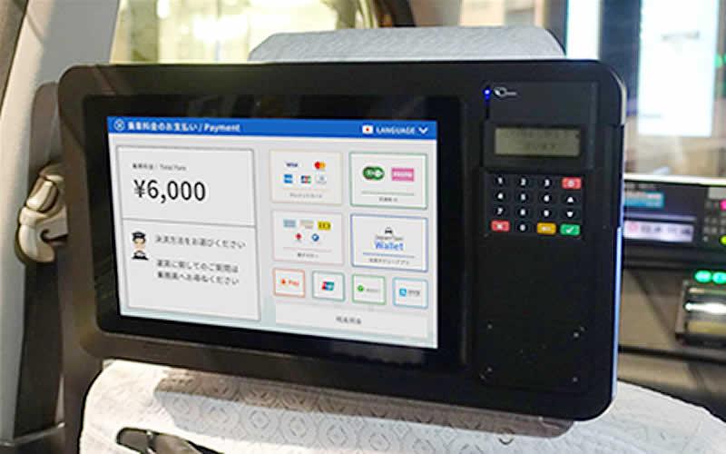決済機付きタブレット(JapanTaxi株式会社提供)